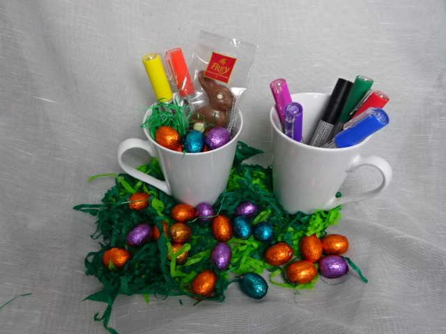 Tolles kreatives Osterset: Tasse gegüllt mit Ostereili und Schoggihase sowie zwei Porzellanstifte!